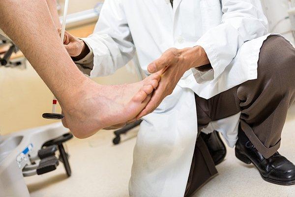 Zánět Achillovy šlachy: příčiny, příznaky, diagnostika a léčba