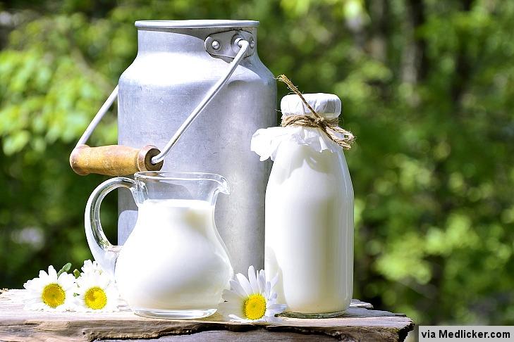 Un pichet et une bouteille de lait