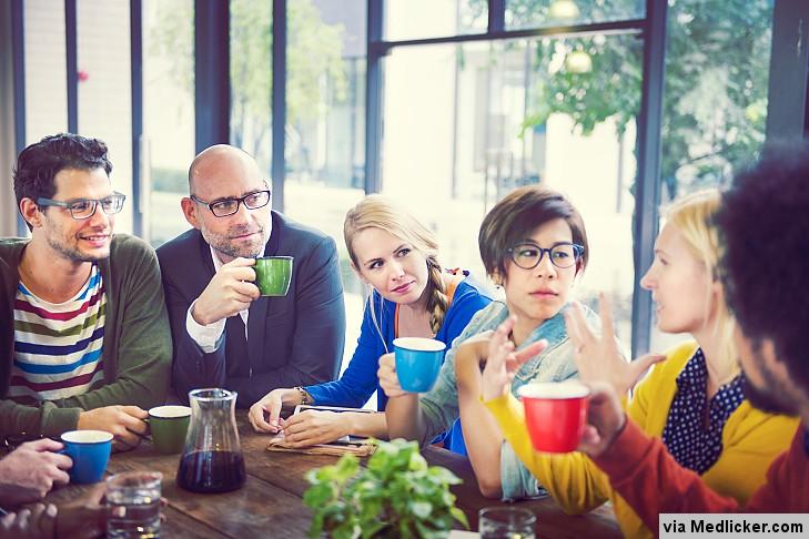 Skupina lidí při KBT v prostředí restaurace