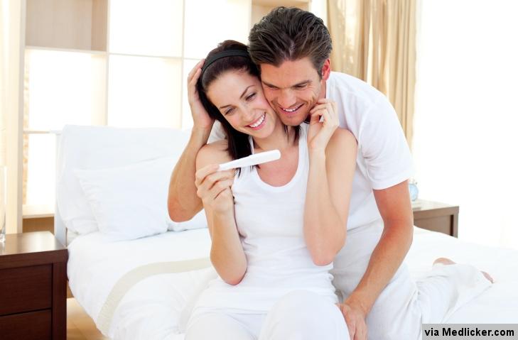 šťastný pár a tehotenský test