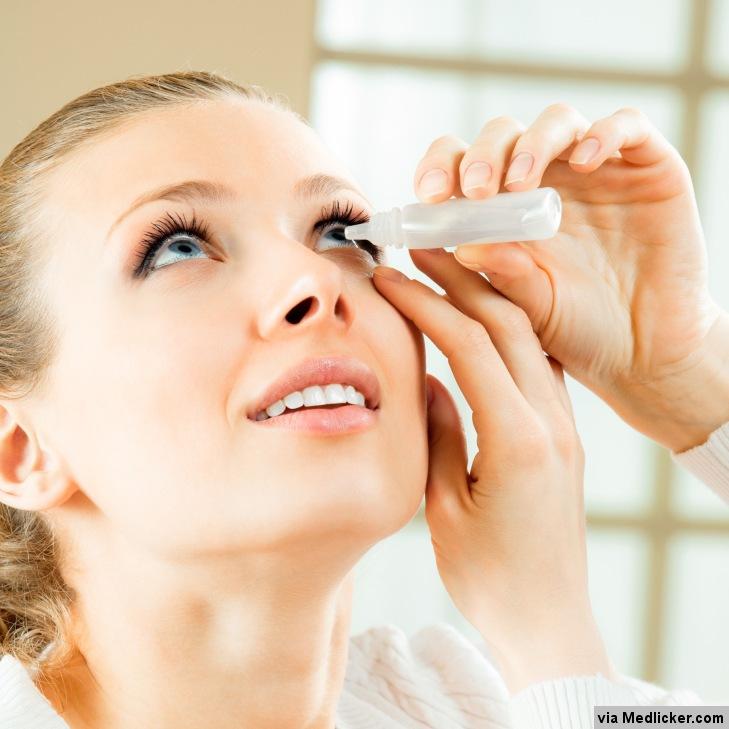 Žena si kape do očí kapky