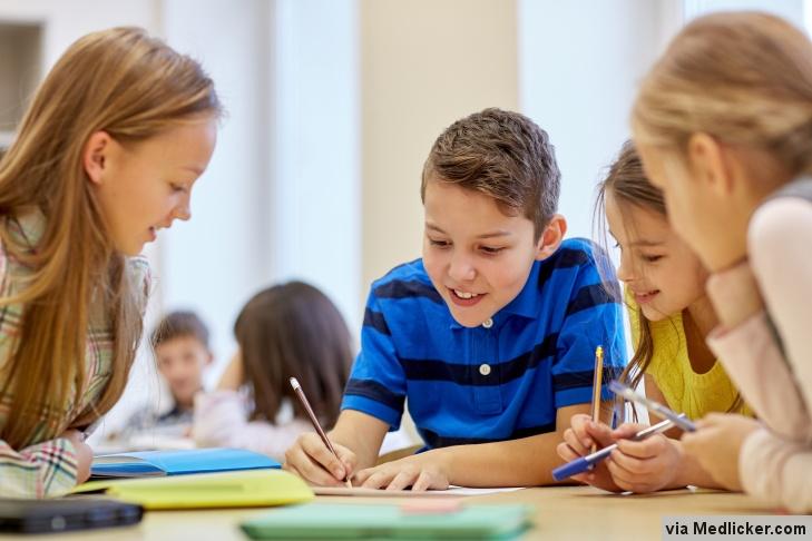Děti se ve škole učí a píší