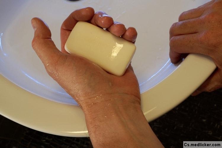 mytí rukou mýdlem v umyvadle