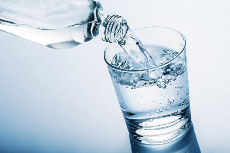 Pramenitá voda ve sklenici