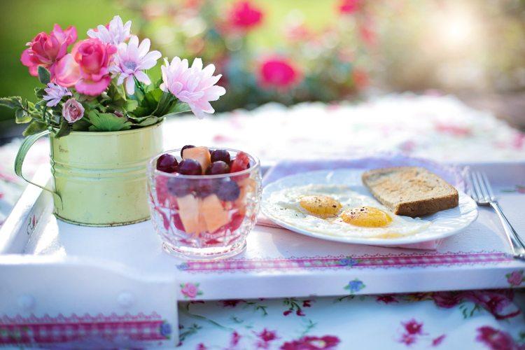 Vajíčka, ovoce a snídaně bohatá na bílkoviny