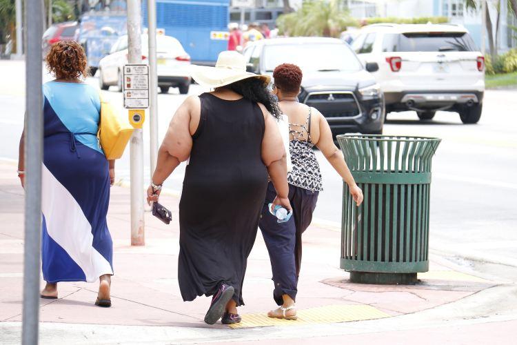 Tři obézní ženy na ulici