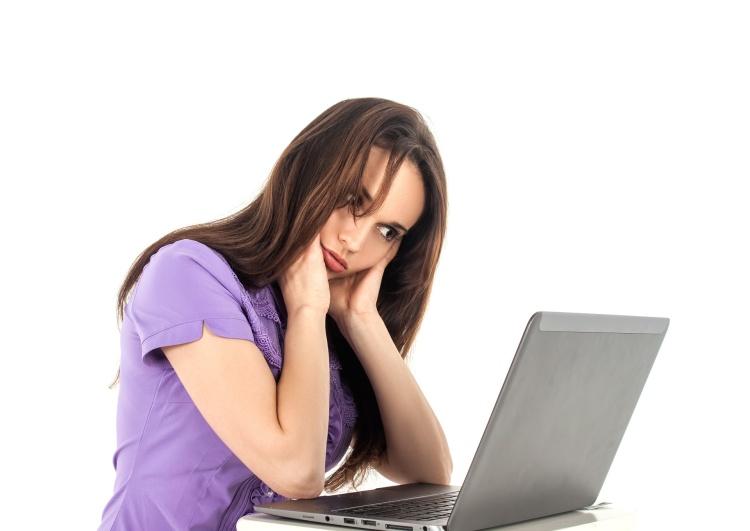 Unavená dívka u počítače