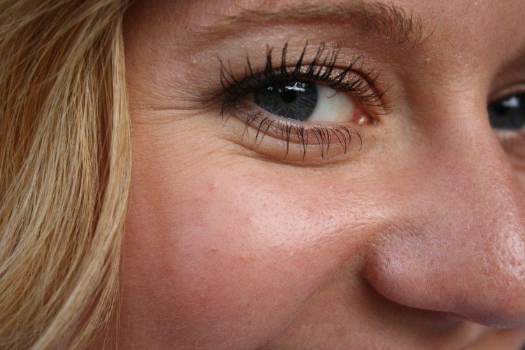 Dívka s vráskami kolem očí
