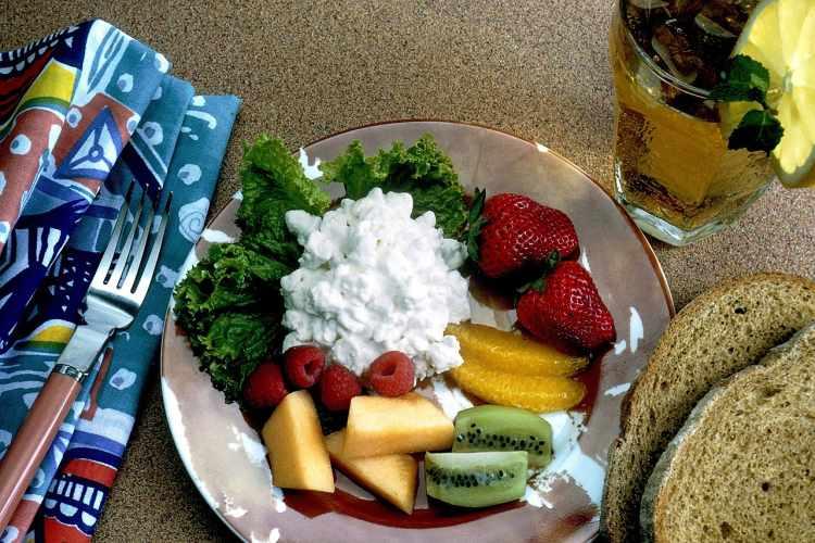 Zdravé raňajky - tvaroh, ovocie, zelenina, chlieb