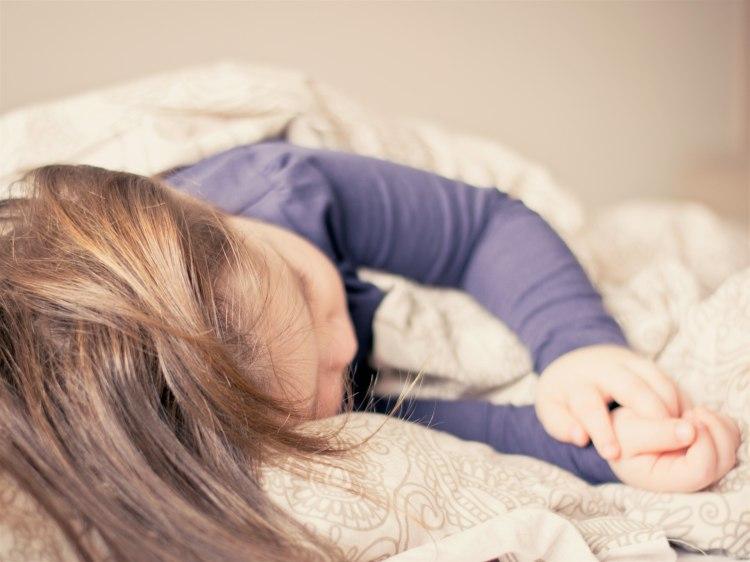 Dítě spí na boku
