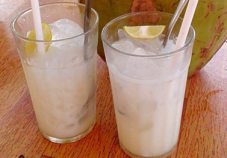 kokosová voda ve sklenici s ledem a citrónem