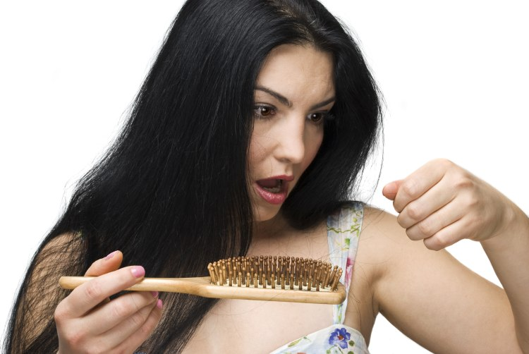 Une jeune fille peigne ses cheveux qui tombent