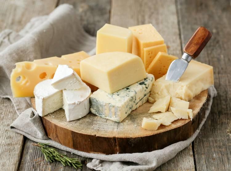 Některé druhy sýrů obsahují málo laktózy