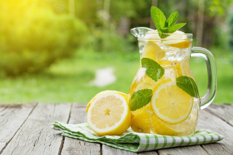 Džbán citrónové vody s lístky máty peprné