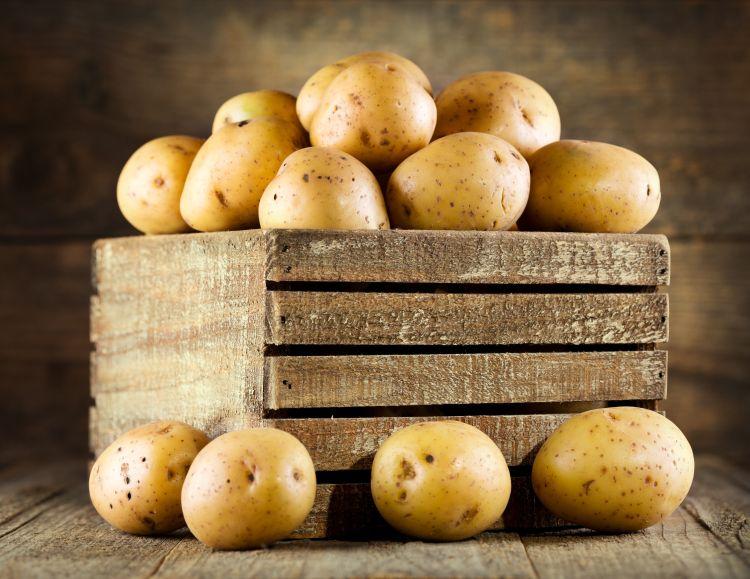 Les pommes de terre dans une caisse