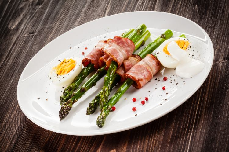 Asparagus, fried bacon and eggs
