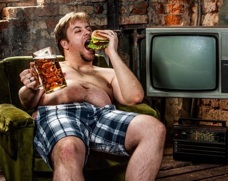 Tlustý muž v křesle s pivem aneb pivo dělá hezká těla