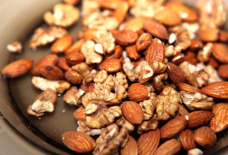 Vlašské ořechy, mandle a další druhy ořechů snižují riziko kardiovaskulárních chorob a mozkové mrtvice