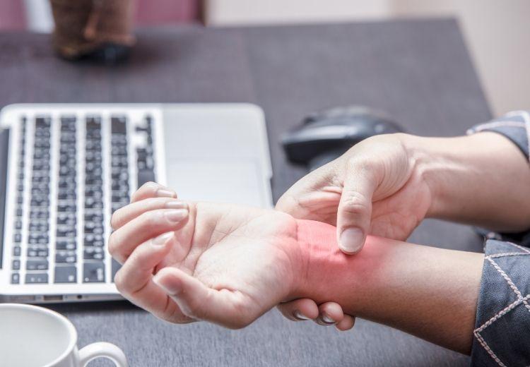 Syndrom karpálního tunelu je častou příčinou brnění a mravenčení prstů rukou