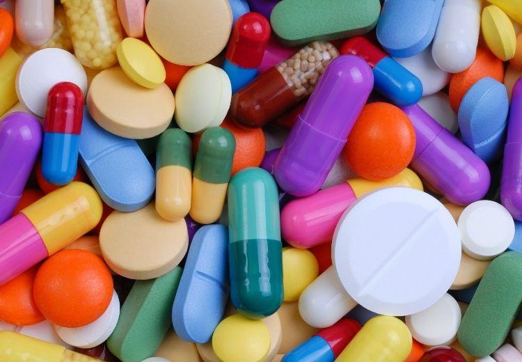 Příčinou škrábání v krku mohou být i nežádoucí účinky některých léků (například ACE inhibitorů)