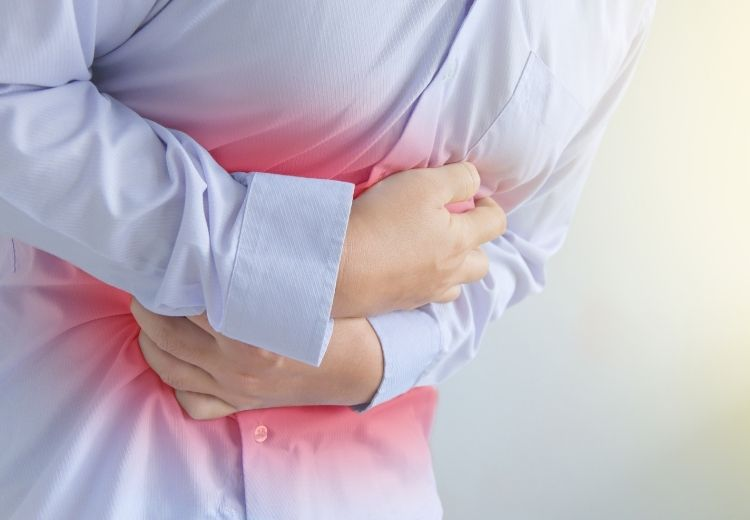 Bolest břicha, horečka, apatie a únava jsou častými příznaky multisystémového zánětlivého syndromu dětí a mladistvých (MIS-C) při COVID-19