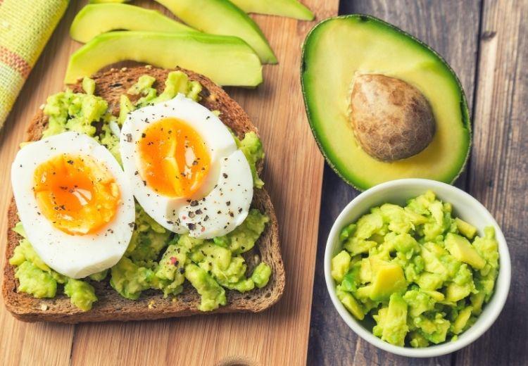 Avokádo a vejce jsou bohatým zdrojem kyseliny listové (vitaminu B9)