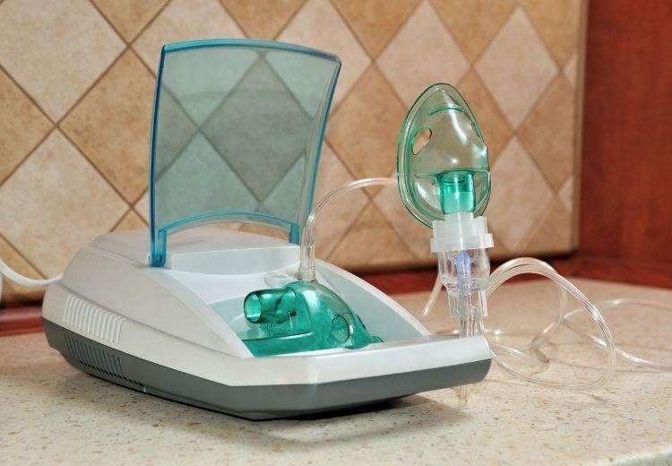 Inhalační léčba bronchodilatancii a kortikosteroidy či oxygenoterapie má v léčbě chorob způsobujících bronchiektázie nezastupitelné místo