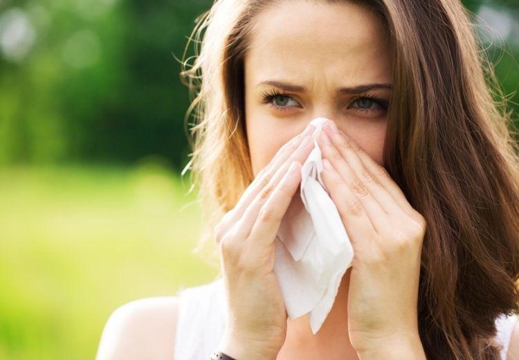 Jednou z častých příčin ranního kašle je alergická rinitida