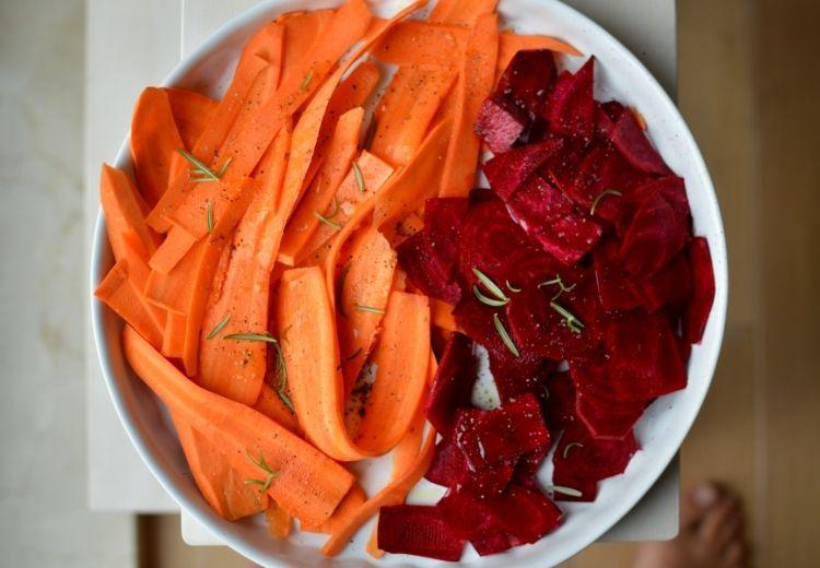 Nejčastější příčinou oranžové barvy stolice je konzumace potravin s vysokým obsahem beta-karotenů, například mrkve nebo červené řepy