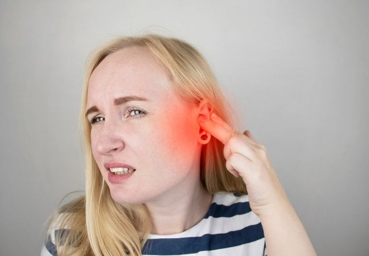 Nadbytok ušného mazu je častou príčinou praskania v ušiach