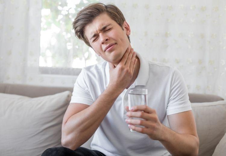 Kloktanie slanou vodou je fungujúcim domácim liekom na škrabanie v krku