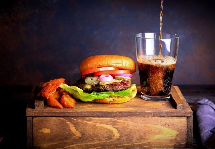 Sycené nápoje a tučná jídla jsou častou příčinou nadýmání po jídle. Vyhněte se jim!
