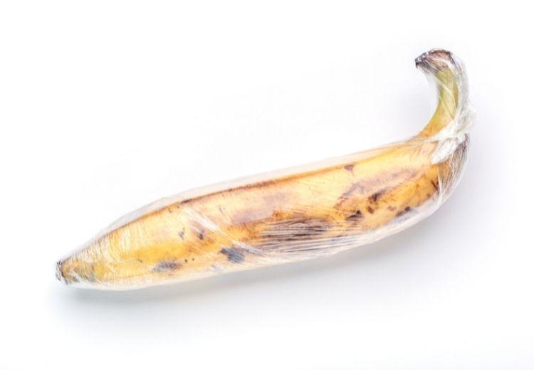 Pro zpomalení zrání banánů stačí potravinářskou fólií obalit stonek banánu