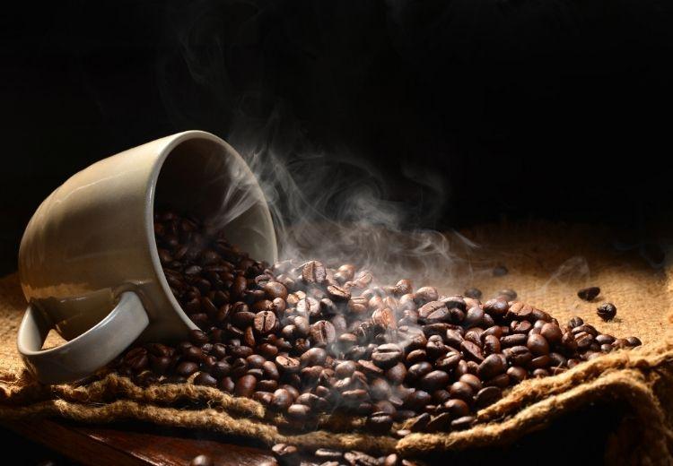 Káva je zdraviu prospešná, ale nadbytok kofeínu môže spôsobiť búšenie srdca