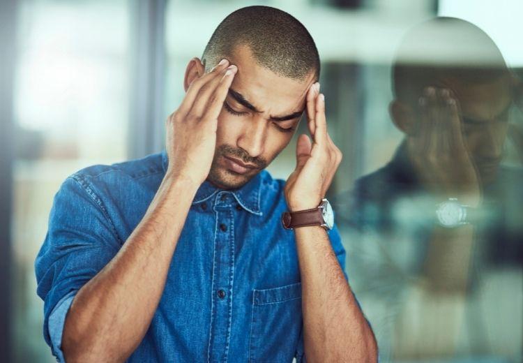 Tenzní bolest hlavy je jednou z nejčastějších příčin pocitu tlaku v hlavě