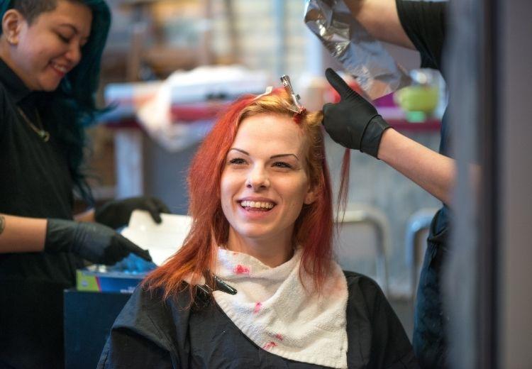 Nejlepší způsob jak si zesvětlit vlasy peroxidem vodíku je vyhledat pomoc profesionálního kadeřníka. Sami to doma raději nezkoušejte, nebo si kupte barvu s peroxidem vodíku a postupujte přesně podle návodu.