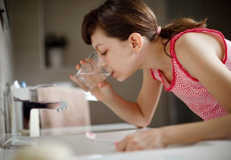 Výplach dutiny ústní slanou vodou pomáhá zmírnit otok, zánět či bolest dásní