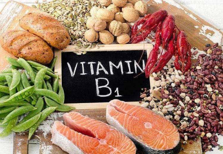 Avitaminóza B1 se projevuje nemocí beri-beri a Wernickeovým-Korsakovovým syndromem