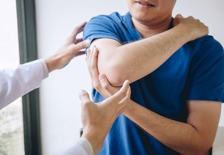 Rehabilitace, klidový režim, ledování či užívání léků proti bolesti jsou nedílnou součástí léčby oteklých kloubů. Někdy je nutná i operace.