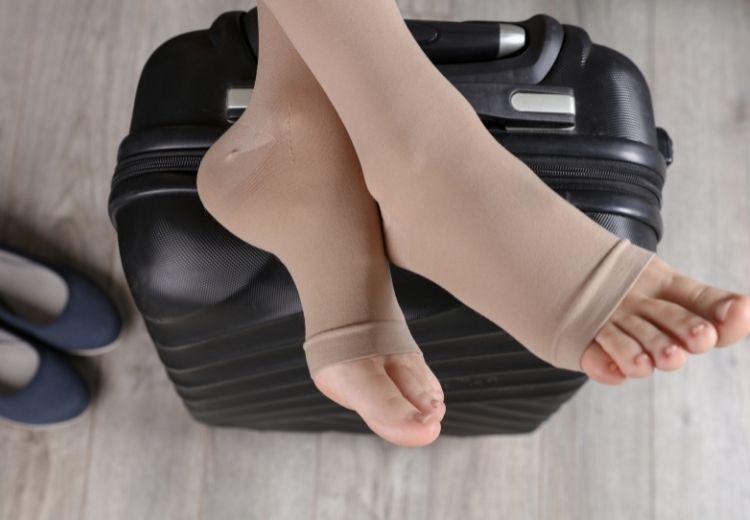 Nošení kompresních punčoch, udržování tělesné hmotnosti ve zdravém rozmezí a dostatek pohybu vám pomohou zmírnit nepříjemné pocity těžkých a bolavých nohou