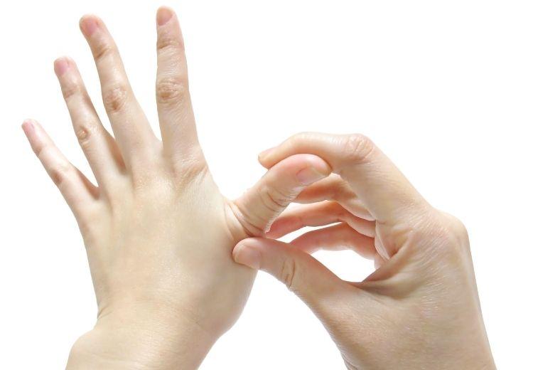 Fyzioterapeutické metódy sú neoddeliteľnou súčasťou liečby bolesti palcov na ruke