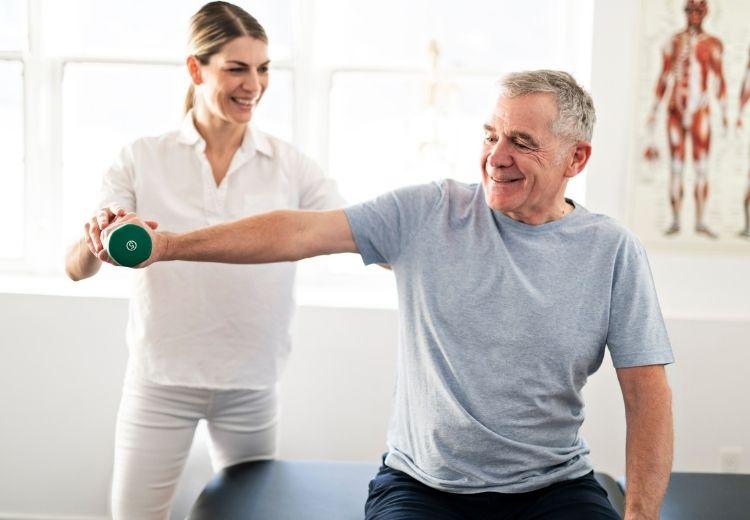 Po sundání sádry je vhodné rozcvičovat poraněnou končetinu pod dohledem profesionálního fyzioterapeuta