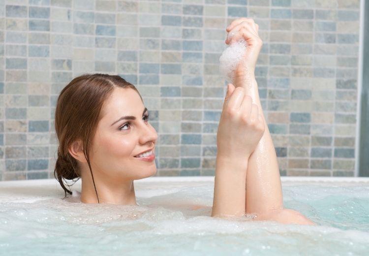 Teplá koupel pomůže očistit suchou kůži od olupujících se šupinek. Můžete také použít krémy a masti s hydratačním a vyživujícím účinkem.
