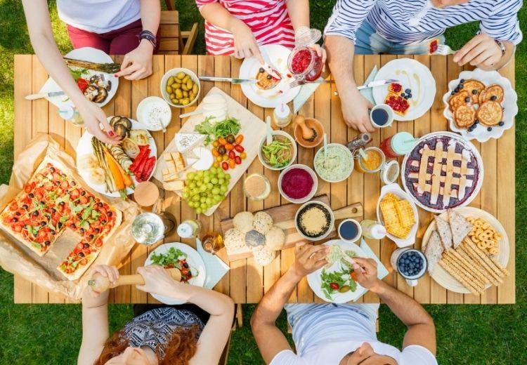 Častou príčinou nadúvania je prehĺtanie vzduchu počas jedla. Preto by sme mali jesť pomalšie a počas jedla nehovoriť.