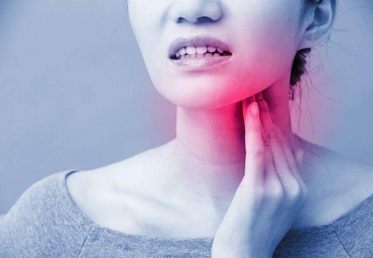Medzi najčastejšie príznaky zápalu slinných žliaz patrí opuch a začervenanie postihnutej oblasti, bolesť zhoršujúca sa pri prehĺtaní a žuvaní a horúčka.