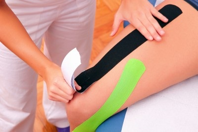 Kinesiotape na čtyřhlavém svalu stehenním