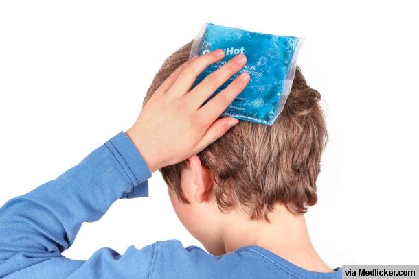 chlapec s ľadovým obkladom na hlave