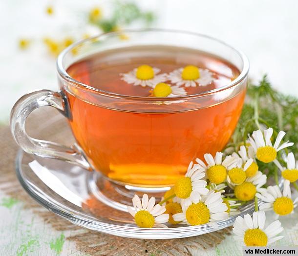 Thé de camomille dans une tasse