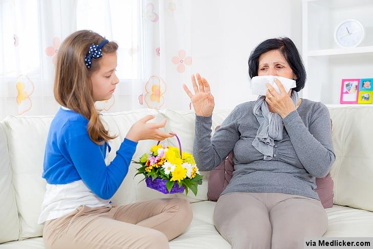 Dívka dává babičce květiny a ta je na ně alergická