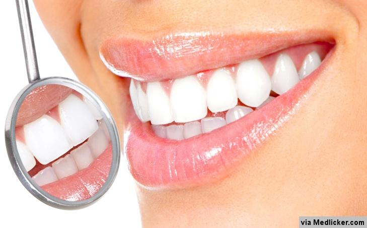 Bílé zuby a zubařské zrcátko